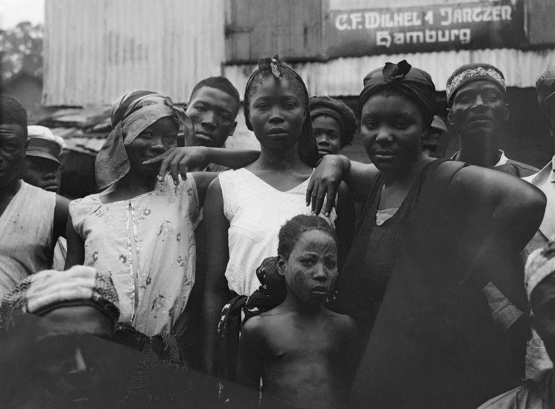 Vrouwen in Water Street, Monrovia, Liberia (1931) © Paul Julien / Nederlands Fotomuseum